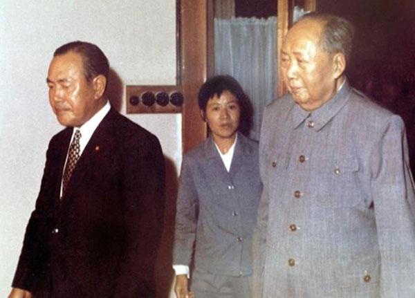 1972年9月,毛澤東在中南海會見日本首相田中角榮   一個現代主政者,行事理應通情達理。然而,毛澤東的重大決策往往令人莫名其妙,1972年轟動世界的拒絕日本戰爭賠款事件正是這樣。